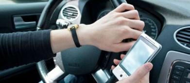 Patente sospesa subito per l'uso del cellulare al volante: la richiesta della Polizia