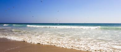 Cesena, rapporto intimo in pieno giorno sulla spiaggia: giovani rischiano denuncia