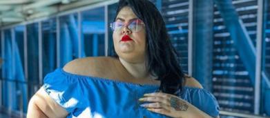 Dançarina de Anitta, Thais Carla reclama de assento apertado em avião