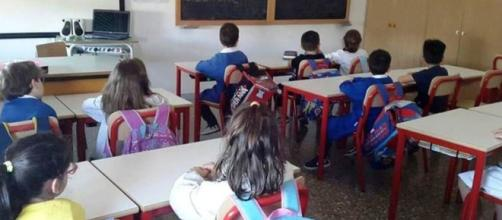 Bimbi seduti in una scuola elementare
