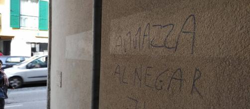 La scritta seguita da una svastica sul muro di casa della coppia.