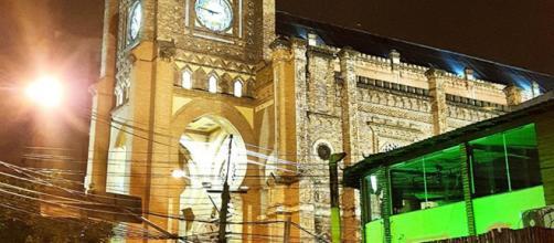 Basílica iluminada (Foto: Reprodução/Facebook)
