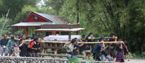 Povoado indonésio trata seus mortos como se vivos fossem (Reprodução/Flickr/Arian Zwegers)