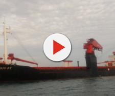 Bari, nave mercantile turca incagliata a causa del forte vento vicino Pane e Pomodoro