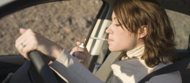 Roma, multe a chi guida con la sigaretta o il cellulare in mano