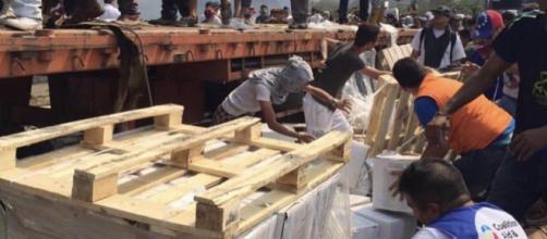 Voluntarios recogiendo la ayuda humanitaria en la frontera de Venezuela