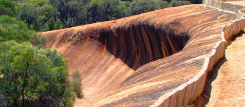 Wave Rock in Hyden showing a protective wall along its edges. [Image Don Pugh/Flickr]