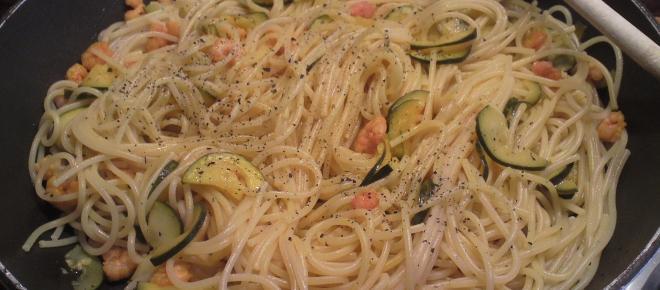 Ricetta spaghetti gamberetti e zucchine: le verdure si sposano con il sapore del mare