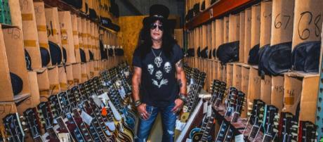 Il chitarrista dei Guns N'Roses Slash circondato da chitarre Gibson