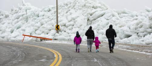 Tsunami de hielo sorprende a residentes de la zona fronteriza entre Canadá y Estados Unidos. - culturacolectiva.com