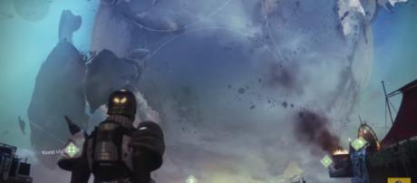 A Guardian looking at the Traveler. [Image source: xHOUNDISHx/YouTube]