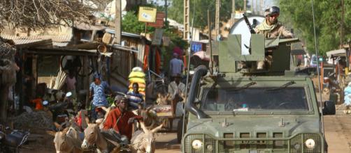Tropas españolas patrullan por Bamako a bordo de vehículos Lince