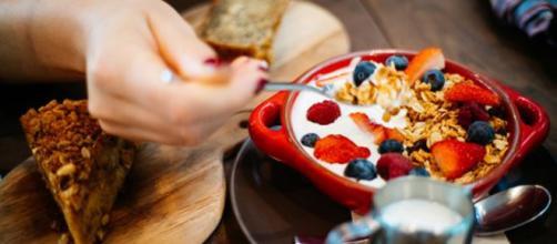 Circa il 20% degli italiani impiega meno di cinque minuti per la colazione. (Canva)