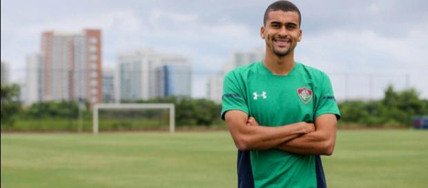 Léo Santos foi oficialmente apresentado pelo Fluminense (Foto: Lucas Merçon/ Divulgação/Fluminense)