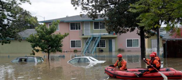 Miles huyen de inundaciones en California. - telemundo.com