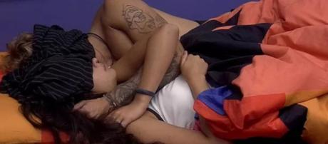 Hana e Alana na cama (Reprodução Gshow)