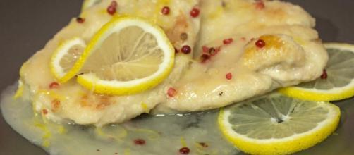 Petti di pollo cucinati e impiattati col limone