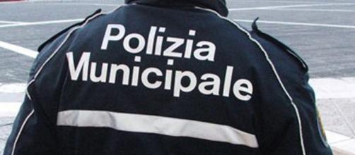 Polizia vigili bambino rom a abbandonato