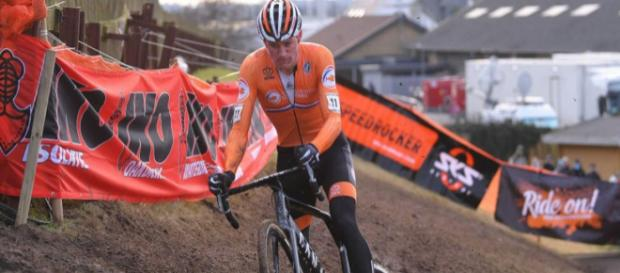 Mathieu Van Der Poel in azione ai Mondiali di ciclocross