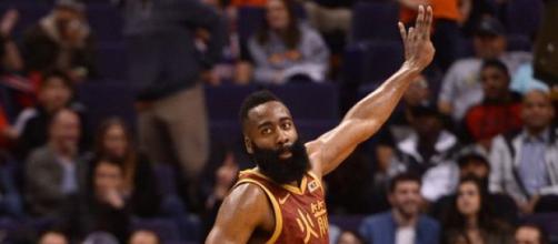 Imparável, o Barba permanece desfilando seu basquete contra os adversários.(Foto/Reprodução)