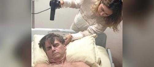 Michelle secando os cabelos do presidente. (Foto Reprodução / Instagram)