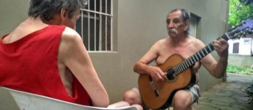 Músico faz serenata para companheira. Imagem: reprodução Facebook.