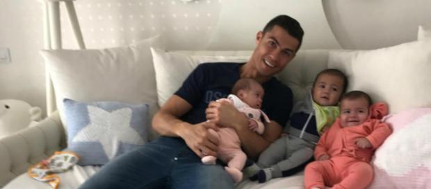 O jogador Cristiano Ronaldo e os filhos (Reprodução/Instagram)