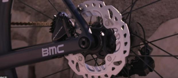 Il freno a disco della BMC del Team Dimension Data.