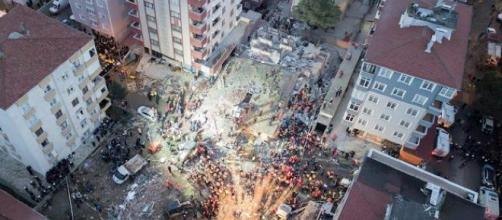 Los cadáveres quedaron sepultados al derrumbarse el edificio en la metrópolis turca. - larioja.com