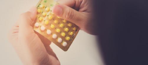 Método contraceptivo com pílula anticoncepcional (Imagem: Reprodução/br.freepik.com)