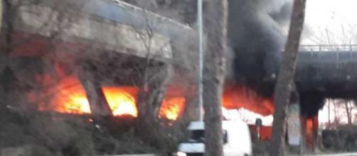 Ostia, incendio in un insediamento abusivo, in Via Ostiense.
