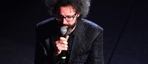 Sanremo: Simone Cristicchi si commuove dopo l'esibizione