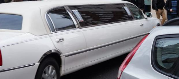 Bari, a 8 anni va a scuola in limousine: le altre mamme protestano