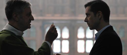 Escena de 'Gracias a Dios' de François Ozon, con el Padre Peyrat ante una de sus víctimas, a quien va a dar la Comunión.