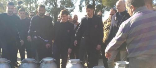 I giocatori del Cagliari versano il latte in solidarietà con i pastori