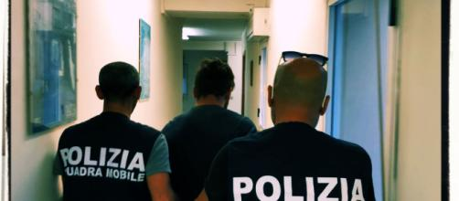L'uomo è stato arrestato dagli agenti della Squadra Mobile della Polizia.