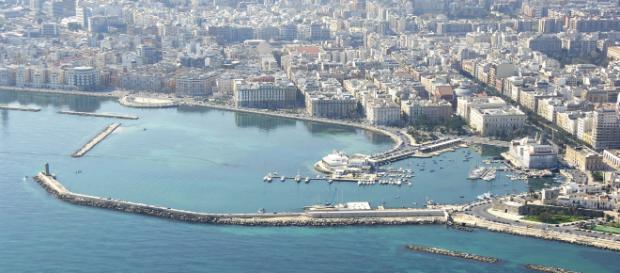 Bari, lunghe code all'ufficio Anagrafe per cambio di residenza: rischio truffa Reddito di Cittadinanza