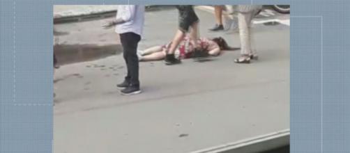 Idosa dá 'gravata' em mulher após briga de trânsito - Foto: Reprodução EPTV