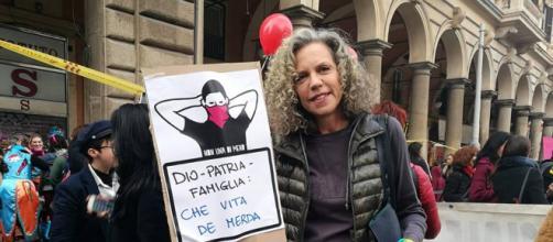 Il cartello della Cirinnà ha fatto discutere (Foto Facebook Monica Cirinnà)