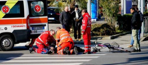 Pesaro, anziano travolto da una moto: è grave. (foto di repertorio)
