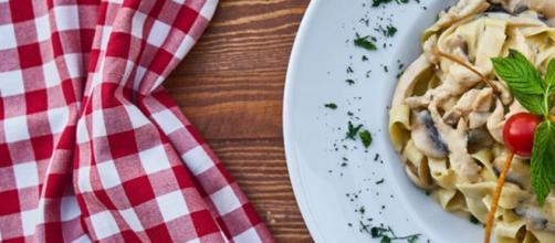 Secondo uno studio americano mangiare la pasta di sera non fa ingrassare e aiuta a rilassarsi. (Canva)