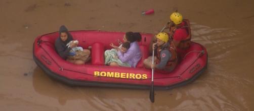 Família levou o gato junto no bote. (Crédito: Reprodução/ TV Globo)