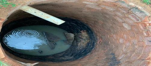 Fossa onde família caiu tem cerca de quatro metros de profundidade, em Artur Nogueira. — Foto: Cristina Maia/EPTV