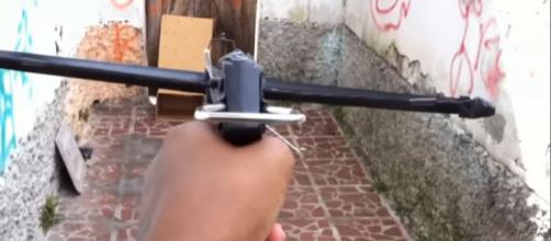 Besta: arma medieval pode ser comprada legalmente em loja de pesca online. (Foto: Reprodução/YouTube)
