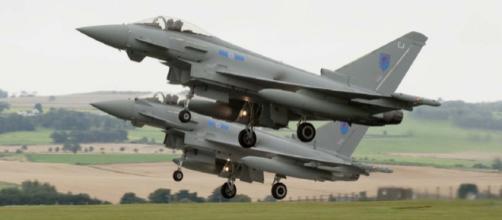 Due caccia Eurofighter Typhoon della Raf durante un atterraggio sincronizzato.