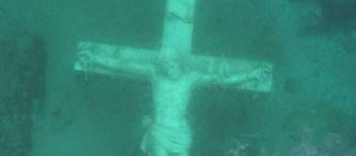 Estátua de Jesus crucificado no fundo do Lago Michigan (Foto: Reprodução / Fox News)