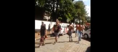 Estudantes deixam a Escola Estadual Raul Brasil, em Suzano, na Grande São Paulo, após o início do ataque a tiros (Foto: Reprodução)