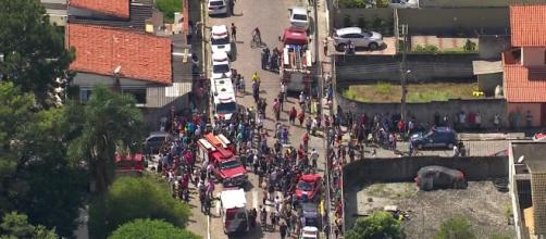 Imagens registradas de fora da Escola Estadual Raul Brasil após o ataque (Foto: Reprodução/Rede Globo)