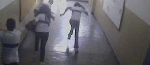Câmeras flagraram estudantes de Realengo correndo após ataque. (Imagem: Câmera de segurança da escola Tasso da Silveira, em Realengo)