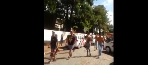Estudantes deixam a Escola Estadual Raul Brasil, em Suzano, na Grande São Paulo, após ataque a tiros (Foto: Reprodução)